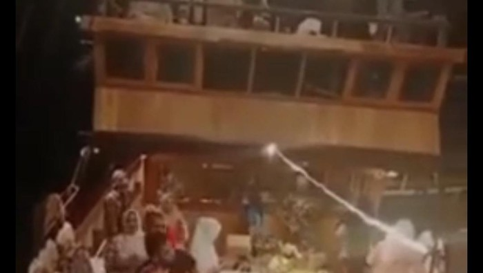 Tangkapan layar ibu-ibu di Makassar berjoget ria-tak bermasker di kapal wisata. (dok. Istimewa)