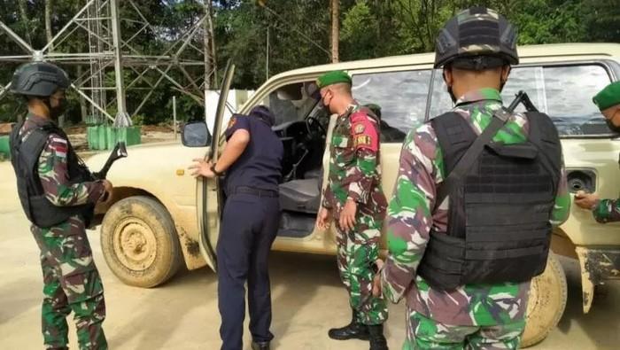 Personel Satuan Tugas Pengamanan Perbatasan (Satgas Pamtas) Indonesia - Malaysia menggagalkan penyelundupan satu unit mobil Toyota Land Cruiser VX 80 asal Malaysia.