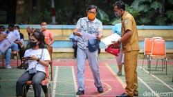 Vaksinasi COVID-19 terus digeber untuk mengejar herd immunity. Salah satu lokasi yang menjadi tempat vaksinasi massal berada di RPTRA Gondangdia, Jakarta.