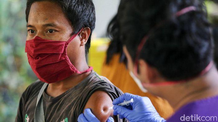 Sejumlah masyarakat mengantre untuk mendapatkan vaksinasi di RPTRA Gondangdia, Jakarta, Senin (13/9/2021). Hingga Minggu (12/9/2021) pukul 12.00 WIB, jumlah masyarakat yang sudah divaksinasi dosis kedua sebanyak 41.734.734 orang atau 20,04 persen dari total target sasaran vaksinasi.