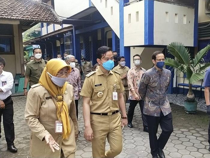 Wali Kota Solo Gibran Rakabuming Raka mendampingi Mendikbudristek Nadiem Makarim saat memantau jalannya pembelajaran tatap muka