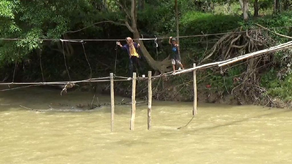 Siswa di Luwu Bertaruh Nyawa Seberangi Sungai di Seutas Tali Jembatan Rusak