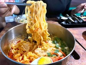 Menyantap Tteokbokki hingga Cheese Ramyun Sambil Lesehan
