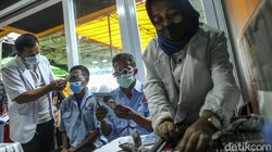 Ratusan pengemudi angkutan umum Jak Lingko disuntik vaksin COVID-19. Tak sedikit para pengemudi yang membawa serta anggota keluarga mereka untuk divaksinasi.