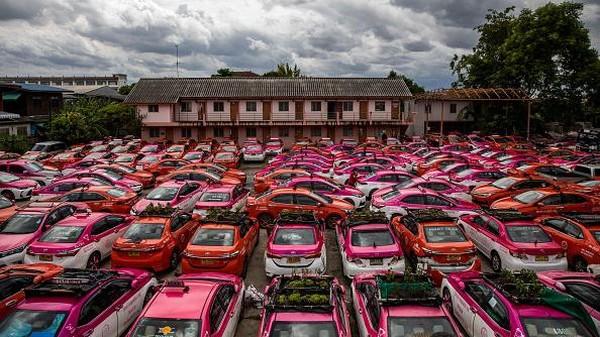 Situasi itu berimbas langsung terhadap pelaku usaha transportasi, termasuk pengemudi taksi. Mereka kehilangan pekerjaan. Getty Images/Lauren DeCicca)