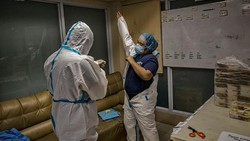 Melonjaknya kasus COVID-19 di Filipina membuat rumah sakit di negara itu dibayangi ancaman kekurangan tenaga medis. Pasalnya, virus Corona juga sasar para nakes