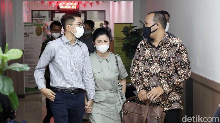 Desiree Tarigan dan Prianka Reguna Bukit saat hadiri sidang cerai Bams di PN Jaksel.