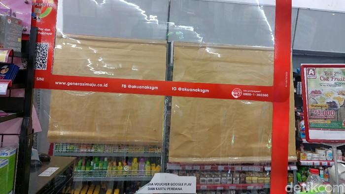 Estalase rokok di sejumah minimarket di Jakarta ditutup kain hingga kertas