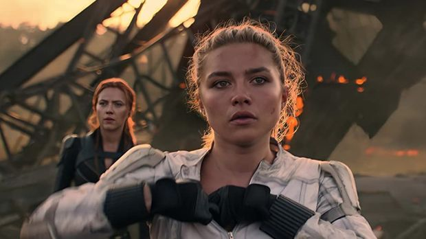 Aksi Florence Pugh sebagai Yelena Belova di film Black Widow