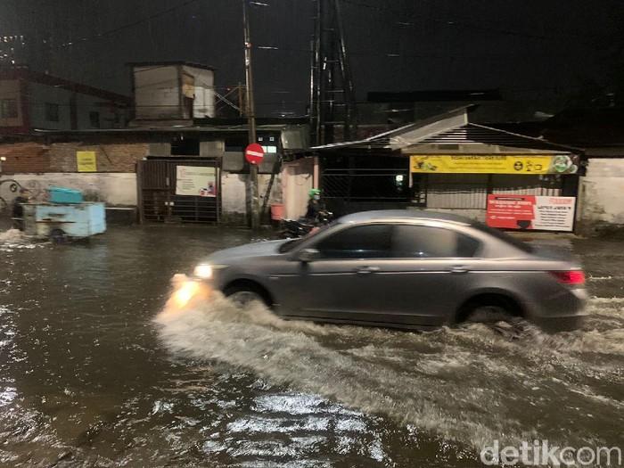 Hujan deras mengguyur Kota Surabaya sejak sekitar pukul 17.00 WIB. Sehingga menyebabkan sejumlah wilayah tergenang air.