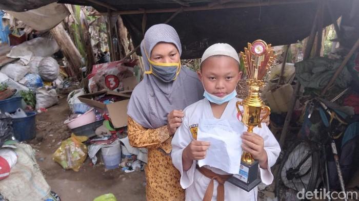ibu di malang kayuh sepeda antar anaknya ikut kejuaraan karate