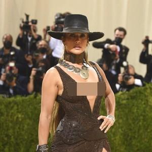 6 Potret Jennifer Lopez bak Koboi Seksi, Pakai Dress yang Ekpos Belahan Dada