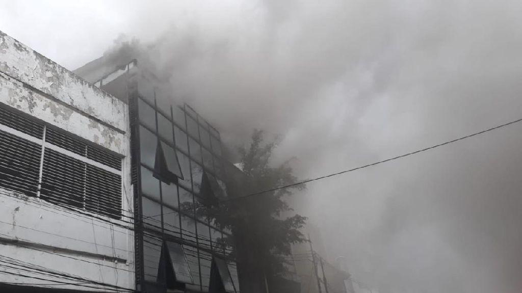 Ruko di Seberang LTC Glodok Terbakar, Asap Hitam Membumbung