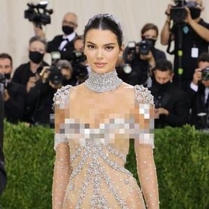 Cantik Bak Bidadari, Kendall Jenner Pakai Gaun Menerawang di Met Gala 2021