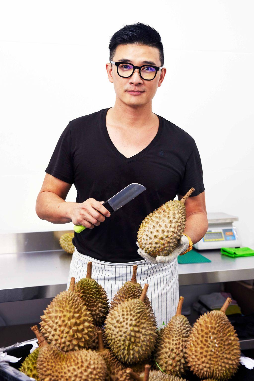 Mantan Pilot di Singapura Jualan Durian Kupas