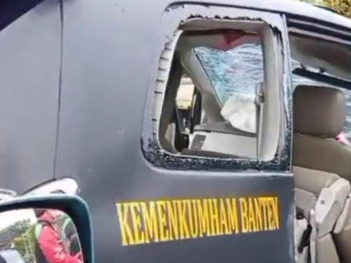 Mobil dinas Kemenkumham Banten mengalami kecelakaan di Tangerang (Screenshot video viral)