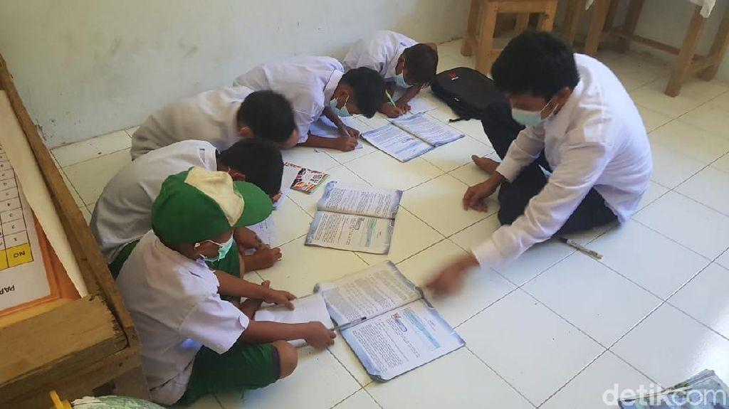 Kelas Roboh, 71 Murid MI Polman Belajar Tanpa Meja-Kursi di Ruang Guru