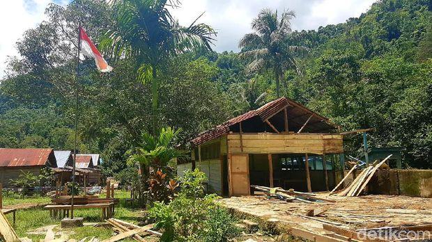 Murid MI di Polman, Sulbar belajar tanpa kursi di raung guru karena kelas ambruk