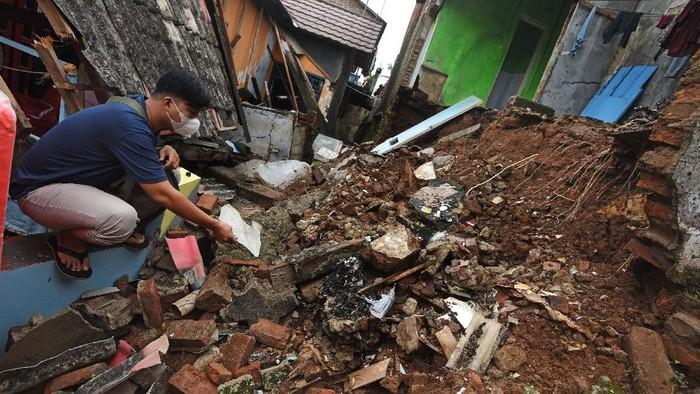 Sejumlah bangunan roboh di kawasan Serang, Banten. Peristiwa itu diketahui terjadi akibat hujan lebat yang diiringi angin kencang melanda kawasan tersebut.