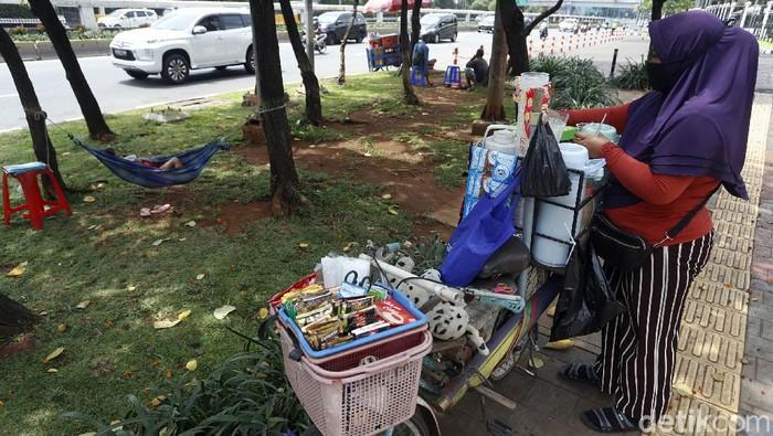 Perjuangan Nani (42) bertahan hidup di masa pandemi tak bisa dipandang sebelah mata. Demi kumpulkan rezeki ia jualan minuman sambil asuh anak di jalanan Jakarta