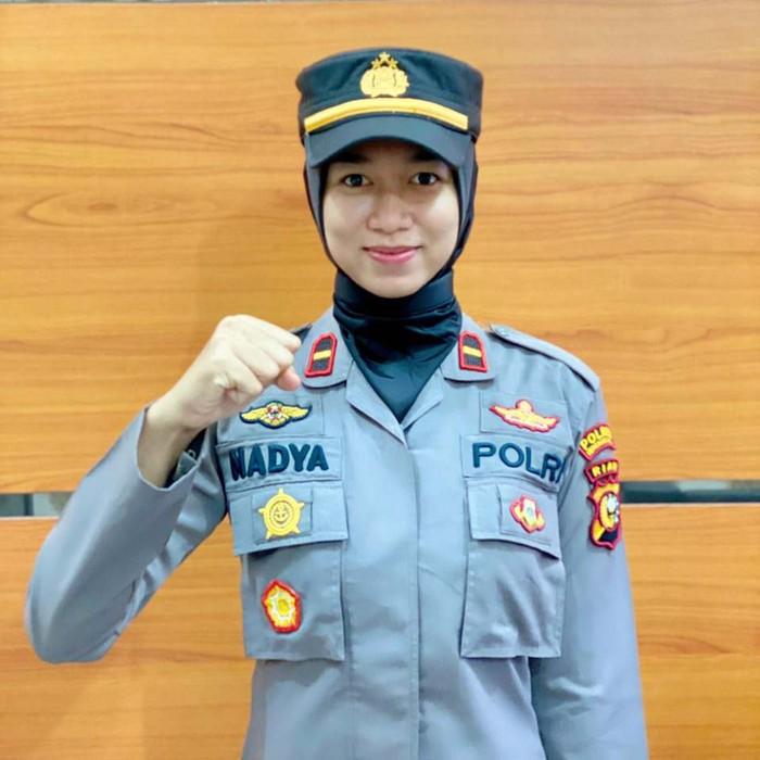 Ipda Nadya Ayu menjadi Kapolsek termuda di Riau. Wanita cantik berusia 23 tahun itu dipercaya menjadi Kapolsek Batang Gansal, Indragiri Hulu.