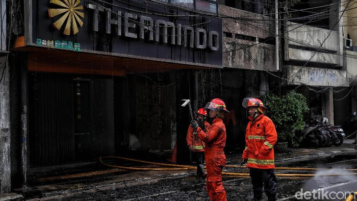 Satu unit ruko berlantai tiga di Glodok terbakar. Sejumlah pemadam kebakaran dikerahkan untuk memadamkan api.