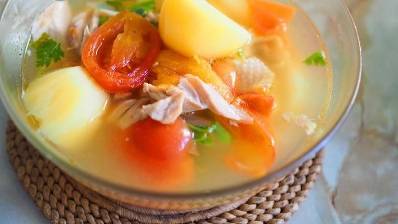Resep Sop Ayam Suwir Bening yang Kuahnya Gurih Alami