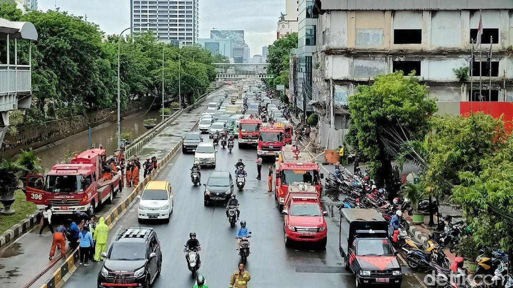 Kebakaran Ruko di Depan LTC Glodok Padam, Jl Gajah Mada Jakbar Padat