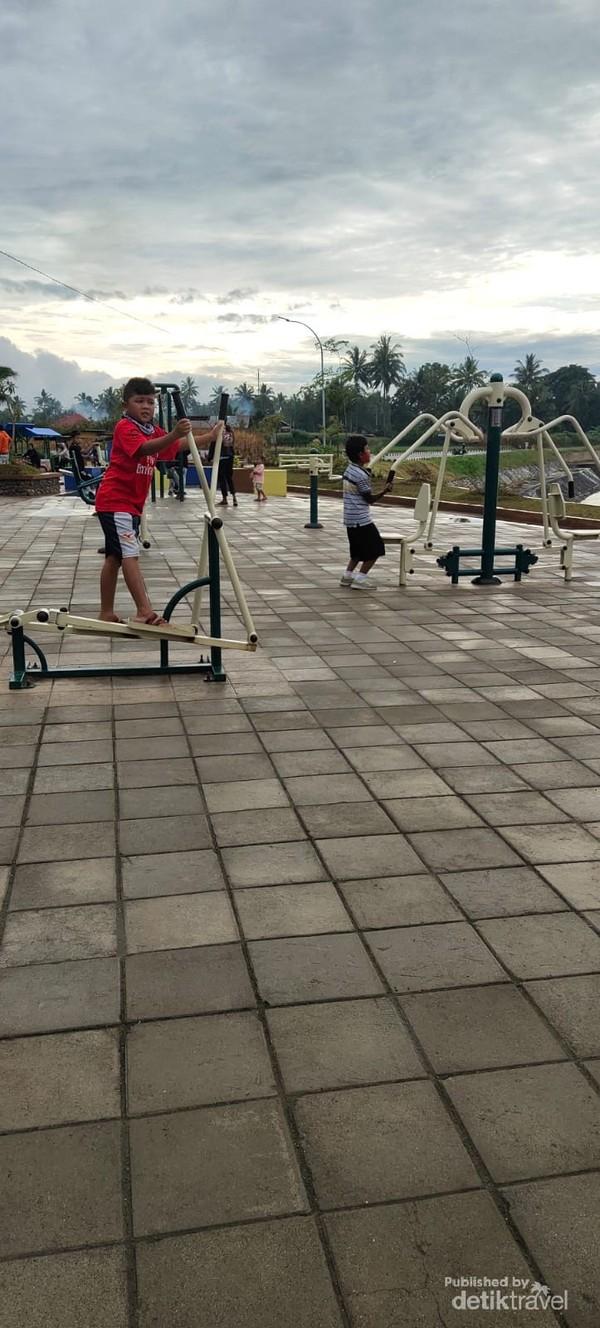 Fitnes outdoor yang bebas untuk digunakan.