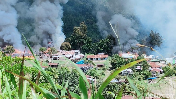Teroris KKB menyerang TNI-Polri hingga membakar fasilitas umum seperti SD hingga puskesmas di Kabupaten Pegunungan Bintang. Seorang mantri dilaporkan hilang. (Dok Polda Papua)