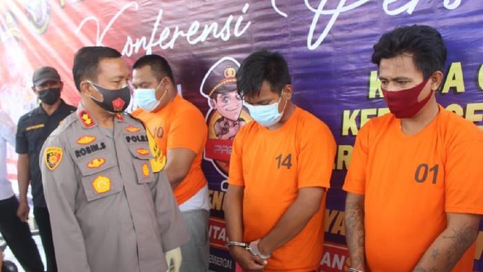 Tiga orang pembakar mobil polisi di Serdang Bedagai (Sergai), Sumatera Utara (Sumut) ditangkap. Pelaku melakukan aksinya karena tidak senang peredaran narkoba yang dilakukannya ditindak polisi. (dok Istimewa)