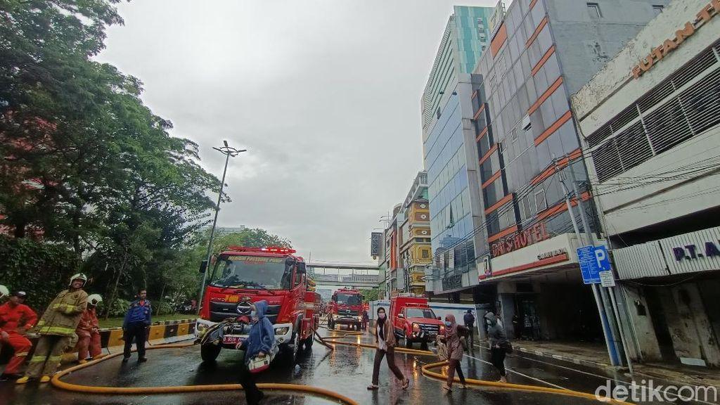 Ruko Depan LTC Glodok Jakbar Terbakar, Kepulan Asap Muncul di Lantai 3