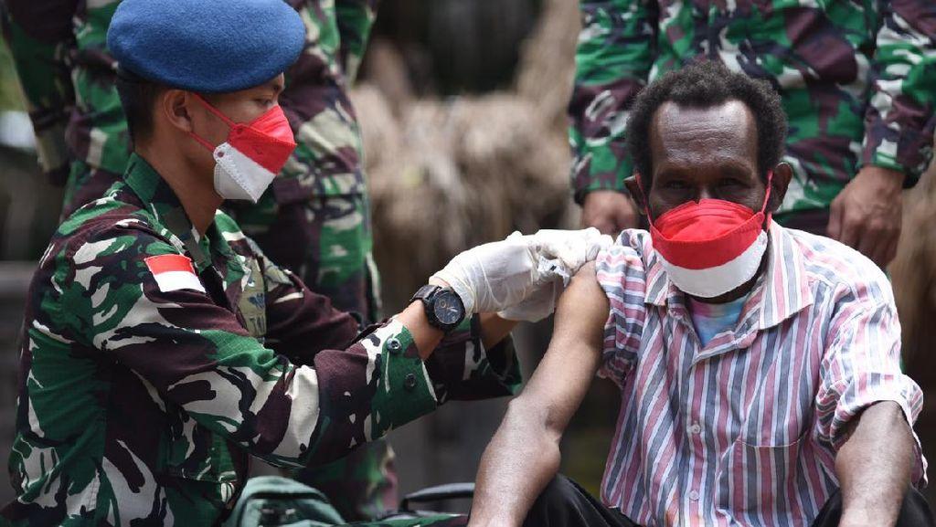 Potret Tim Medis Lanud Silas Papare Vaksinasi COVID-19 Sampai ke Ujung Papua