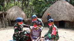 Potret tim medis Lanud Silas Papare melaksanakan vaksinasi COVID-19 sampai ujung Papua. Masih banyak warga Papua yang belum divaksin, terutama di pedalaman.