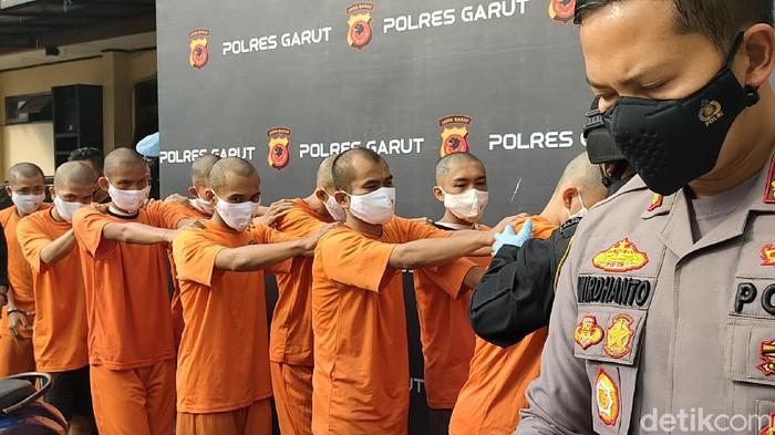 Sebanyak 16 tersangka pengedar sabu di Garut, Jawa Barat, diamankan polisi. Salah satunya merupakan sopir bus.
