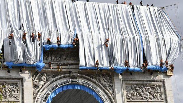 Arc de Triomphe dibungkus kain