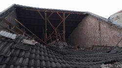 Hujan Deras Runtuhkan Atap Sebuah Rumah di Sidoarjo, 9 Orang Terluka