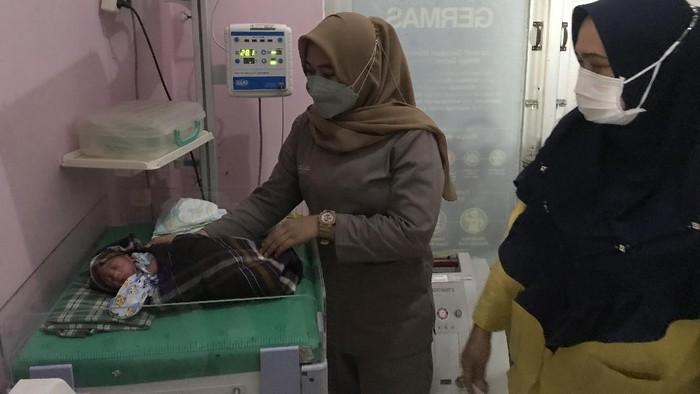 Bayi Laki Laki Ditemukan di Atas Selokan Makassar, Ari-ari Masih Menempel (Foto: Ibnu Munsir/detikcom)