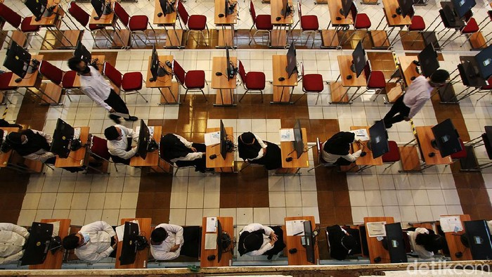 Ratusan calon pegawai melaksanakan Computer Assisted Test (CAT) untuk seleksi kompetensi dasar sebagai calon aparatur sipil negara dan calon Pegawai Pemerintah dengan Perjanjian Kerja  (CPPPK) tahun 2021 di Auditorium G.H.P Haryo Mataram Universitas Sebelas Maret, Solo, Jawa Tengah, Rabu (15/9).