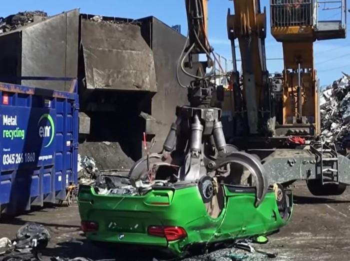 BMW dilumat pakai mesin penggiling