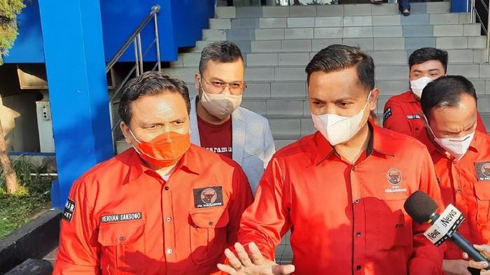 DPD PDIP DKI melaporkan Hersubeno Arief soal hoax Megawati koma ke Polda Metro Jaya, Rabu (15/9/2021).