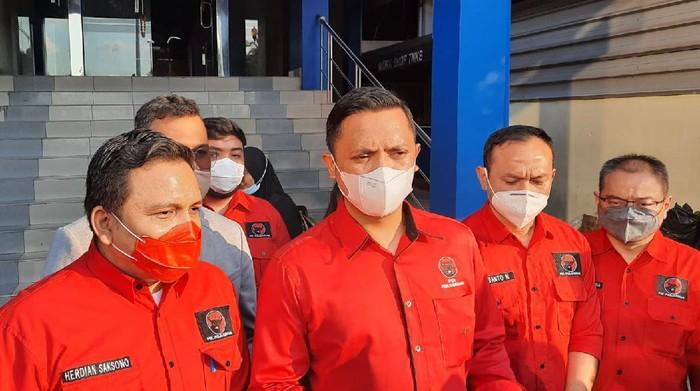 DPD PDIP DKI melaporkan Hersubeno Arief soal hoax 'Megawati koma' ke Polda Metro Jaya, Rabu (15/9/2021).
