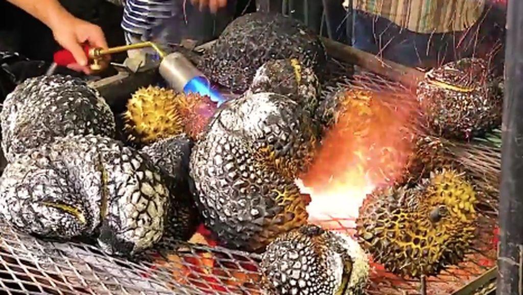 Durian Bakar, Cara Baru Makan Durian yang Populer di Thailand