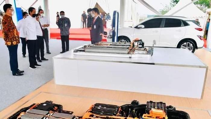 Hari ini pabrik baterai kendaraan listrik milik PT HKML Battery Indonesia di Karawang, Jawa Barat mulai dibangun. Pabrik ini memiliki nilai investasi sebesar US$ 1,1 miliar atau setara Rp 15,62 triliun (kurs Rp 14.200). Dimulainya pembangunan (groundbreaking) pabrik baterai kendaraan listrik ini diresmikan langsung oleh Presiden Joko Widodo (Jokowi) di Karawang.