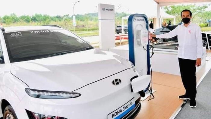 Pabrik baterai kendaraan listrik milik PT HKML Battery Indonesia di Karawang, Jawa Barat, diresmikan Presiden Joko Widodo (Jokowi).