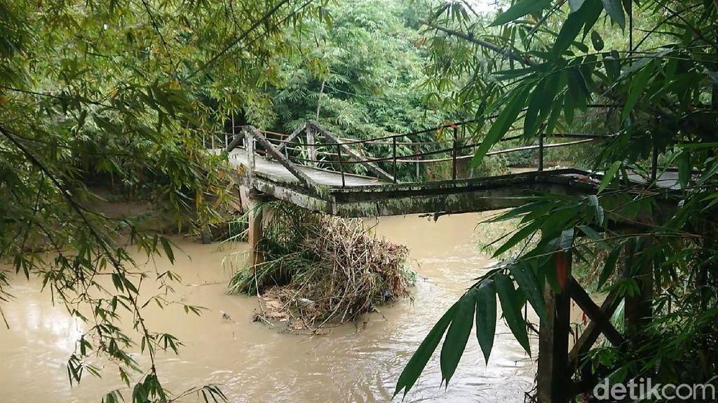 Jembatan Antarkampung di Trenggalek Patah Tergerus Luapan Sungai