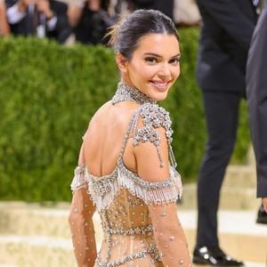 Potret 10 Artis Pakai Naked Dress di Met Gala, Kendall Jenner Transparan