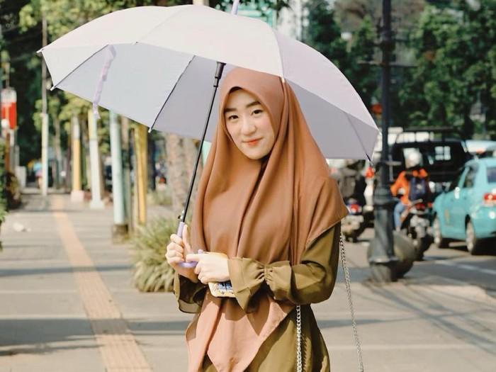 Larissa Chou yang memakai outfit serba earth tone.