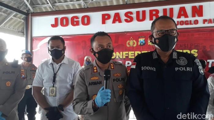Dua rumah di Kabupaten Pasuruan yang hancur akibat ledakan, merupakan tempat produksi bondet. Sehari, para tersangka mampu memproduksi 2.000 detonator.