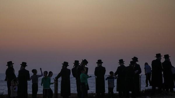 Dalam bahasa Ibrani, Tashlich artinya membuang. Upacara ini dilakukan sebelum hari besar umat Yahudi, Yom Kippur yang dianggap sebagai hari tersuci yang dimulai saat matahari terbenam. AP Photo/Ariel Schalit